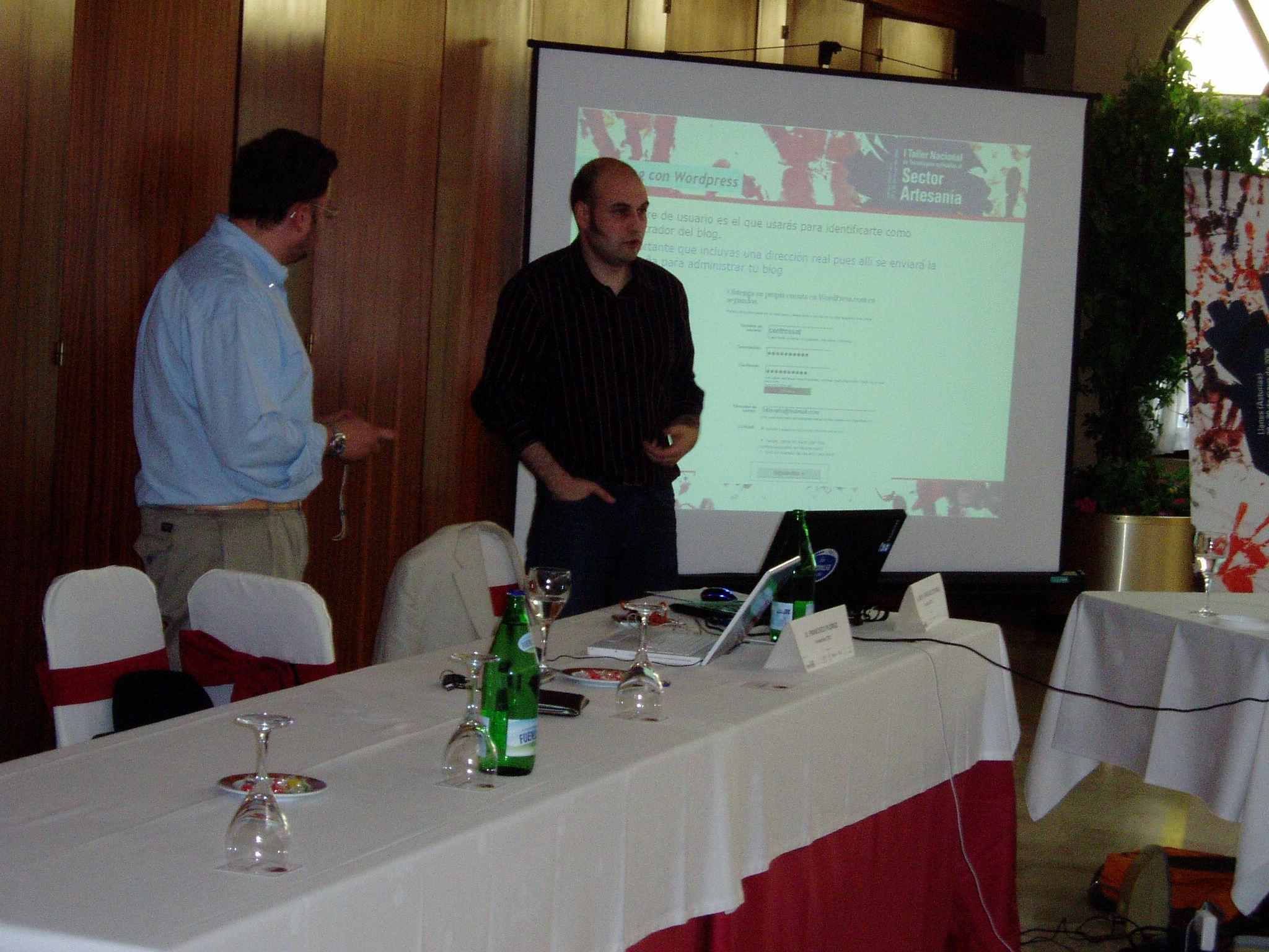 Fran Flórez y Jose Manuel Corral realizando el taller. (quitándose la palabra)